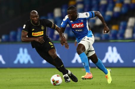 NAPLES, ITALY – JUNE 13:  Kalidou Koulibaly (R) of SSC Napoli competes for the ball with Romelu Lukaku (L) of FC Internazionale during the Coppa Italia Semi-Final Second Leg match between SSC Napoli and FC Internazionale at Stadio San Paolo on June 13, 2020 in Naples, Italy.  (Photo by Marco Luzzani – Inter/Inter via Getty Images)