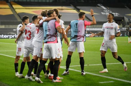 COLOGNE, GERMANY – AUGUST 16: Luuk de Jong of Sevilla FC   celebrates with teammates after scoring his team's second goal during the UEFA Europa League Semi Final between Sevilla and Manchester United at RheinEnergieStadion on August 16, 2020 in Cologne, Germany. (Photo by Ina Fassbender/Pool via Getty Images)